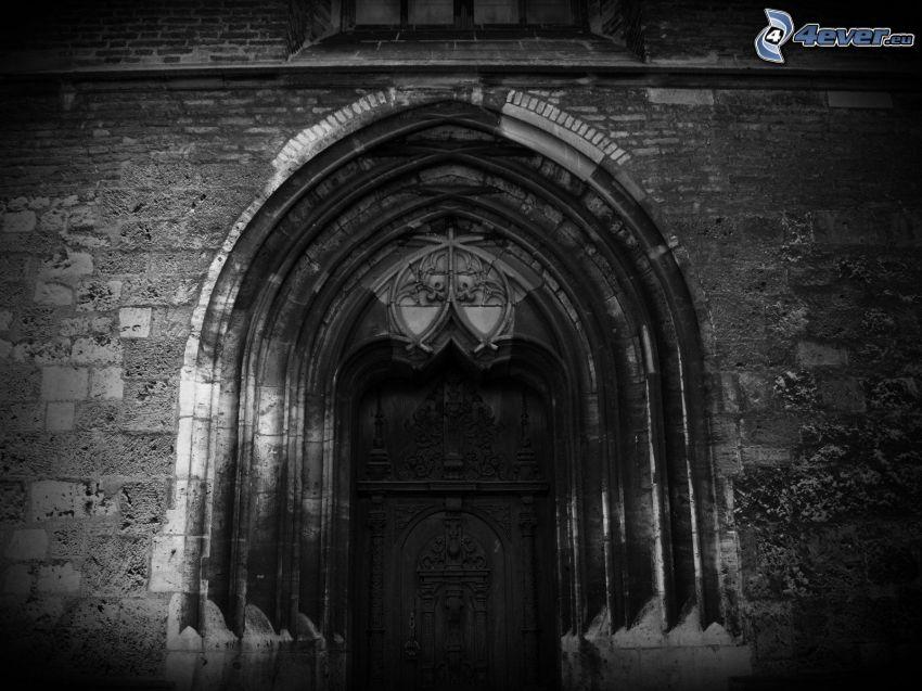 gammal dörr, gränd, svartvitt foto