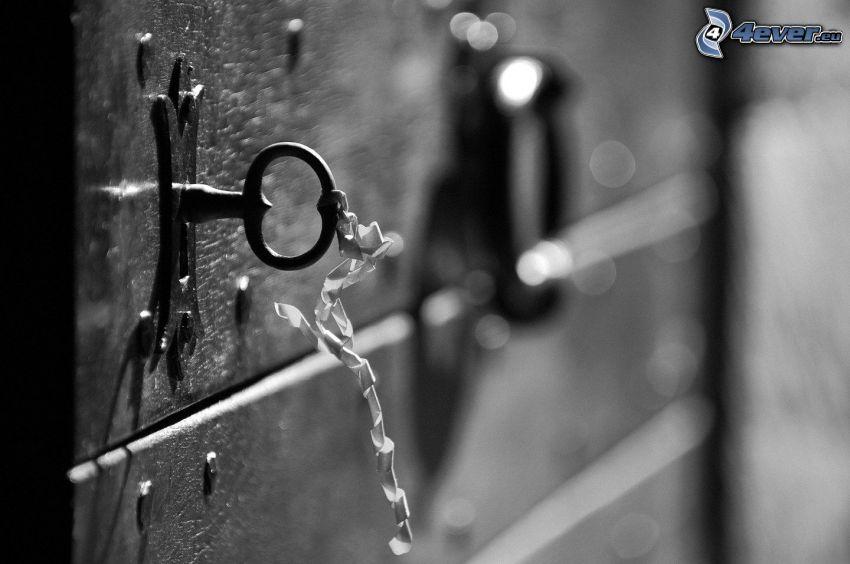 gammal dörr, nyckel, svartvitt foto