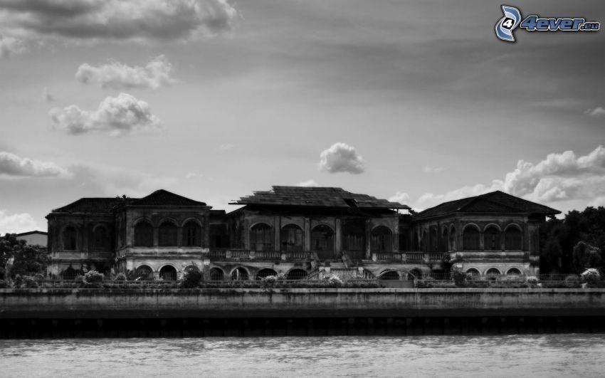 gammalt hus, svartvitt foto, flod