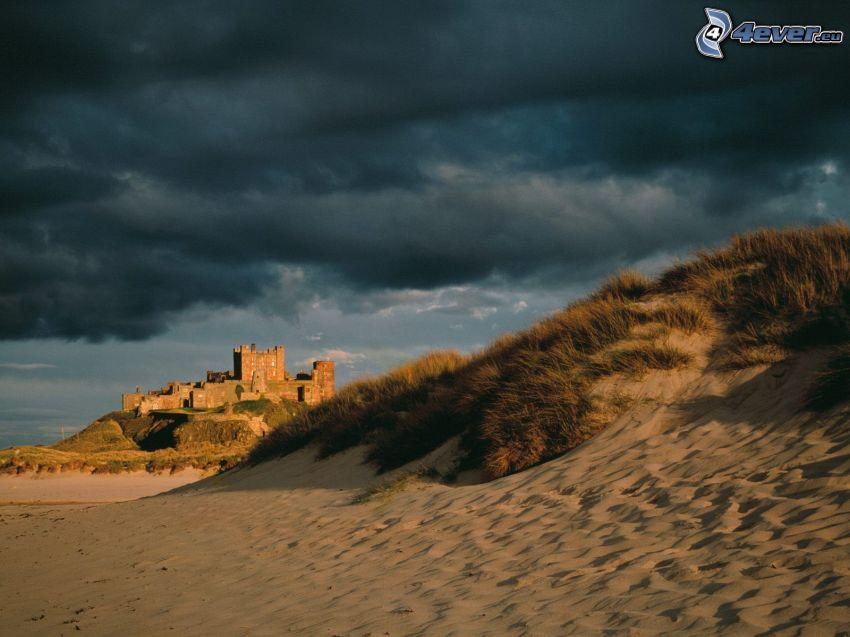 Bamburgh castle, slott, sand, öken, mörk himmel