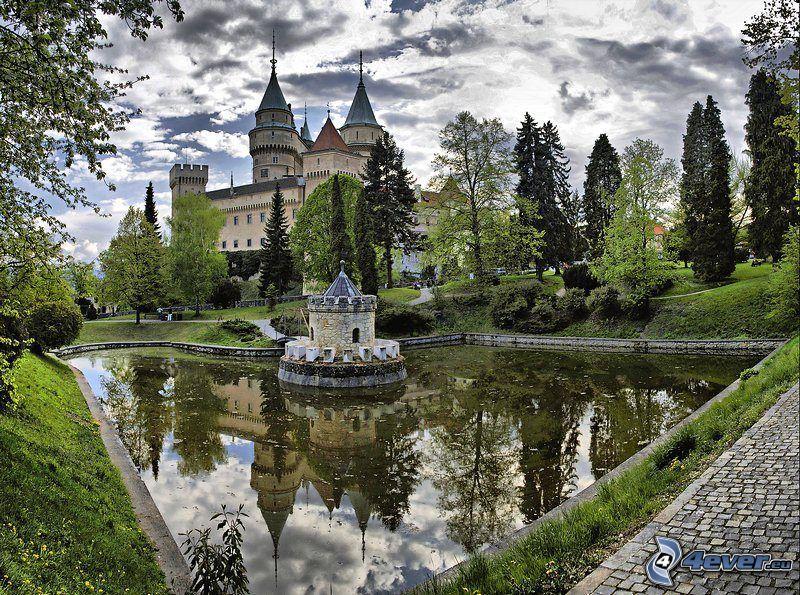 Bojnice slott, park, sjö, HDR
