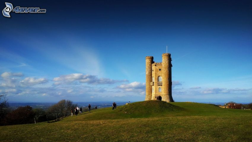 Broadway Tower, blå himmel