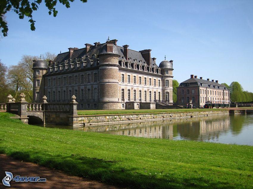 Château de Belœil, sjö, gräsmatta, bro