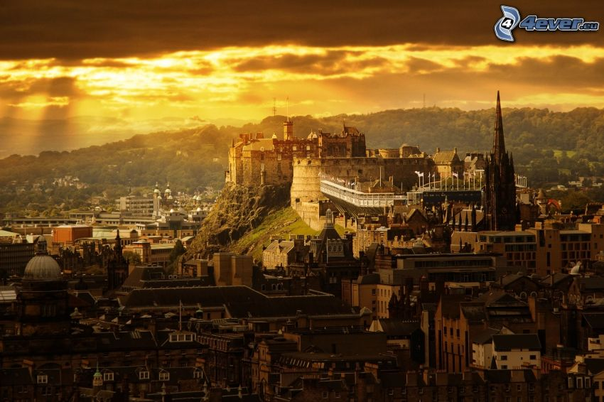 Edinburgh Castle, sol bakom molnen, gul himmel