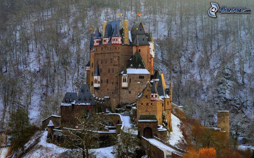 Eltz Castle, snöig skog