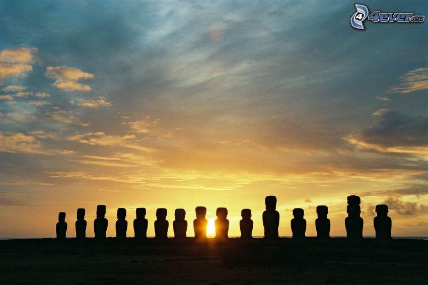 Moai statyerna, solnedgång, påsköarna