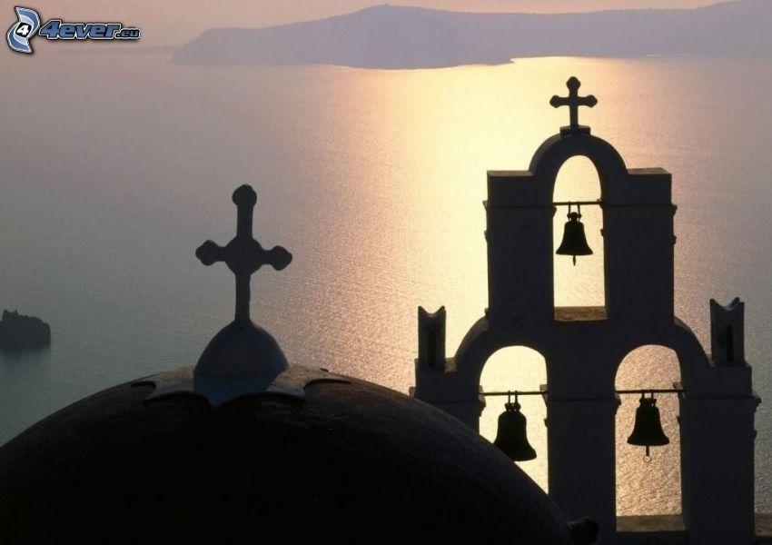 silhuett av kyrka, klockor, hav, Grekland, dimma