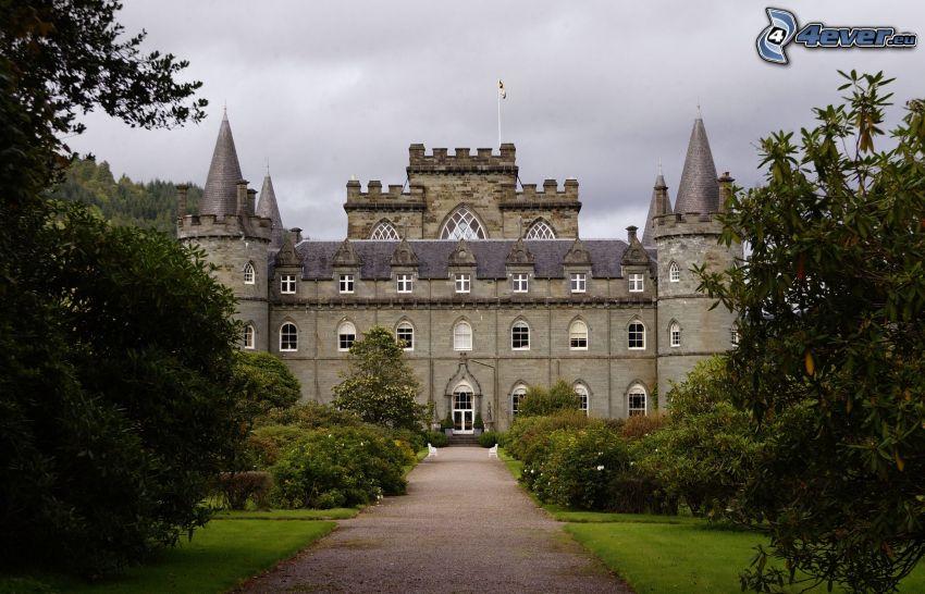 slottet Inveraray, trottoar, träd