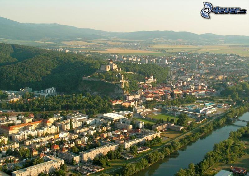 Trenčín, Trenčíns slott, stadsutsikt, Slovakien