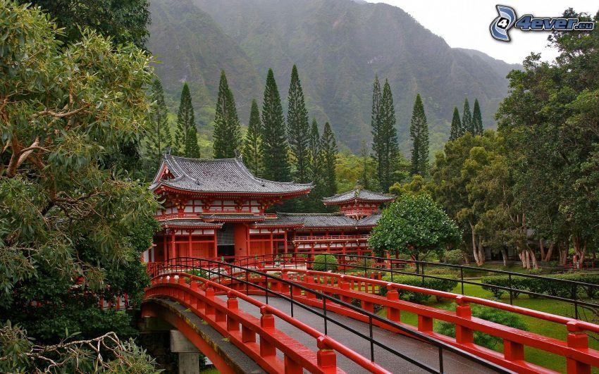 Japanskt hus, gångbro, kulle, träd