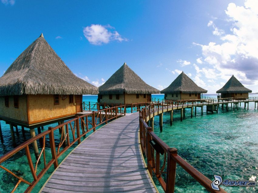 Hotel Kia Ora, stugor, träbro, azurblå hav