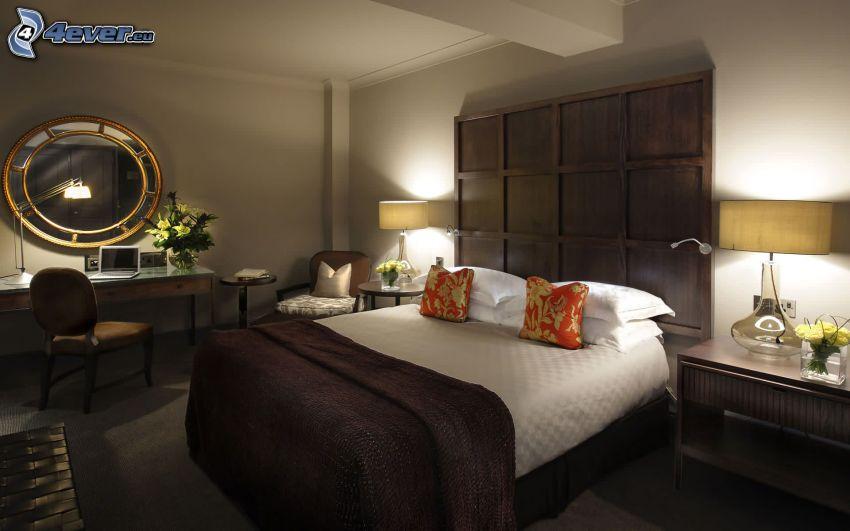 sovrum, dubbelsäng, bord, spegel, stol