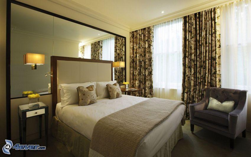 sovrum, dubbelsäng, fåtölj, fönster, nattduksbord