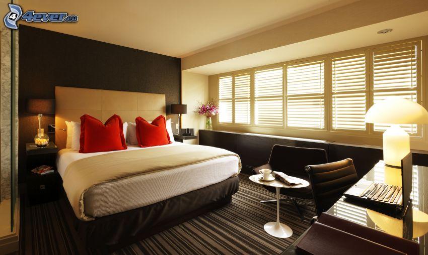 sovrum, dubbelsäng, fönster, lampa