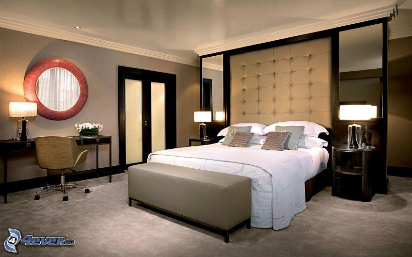 sovrum, dubbelsäng, spegel, nattduksbord, lampor, dörr
