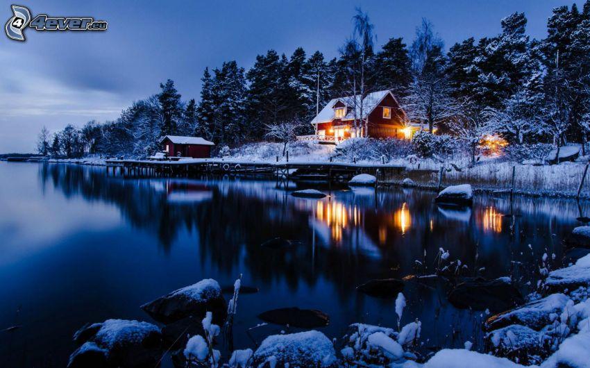 snöig stuga, snöig skog, sjö