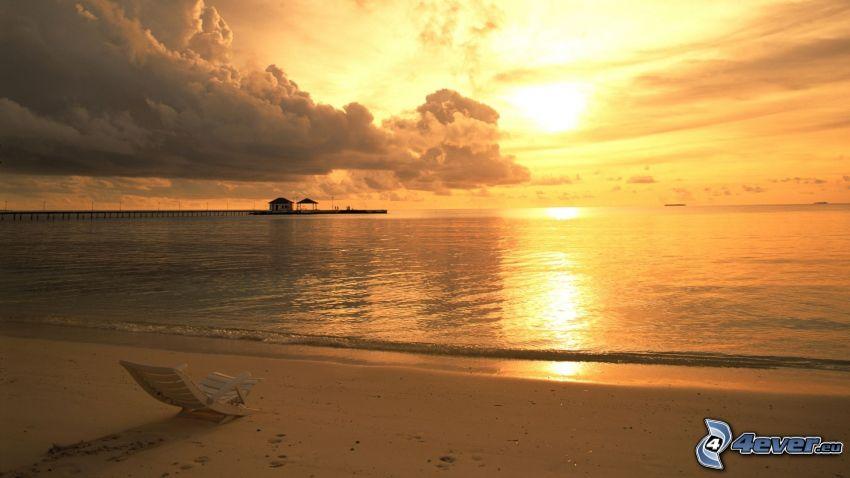 solnedgång över hav, brygga, solstol, hus på vatten, moln
