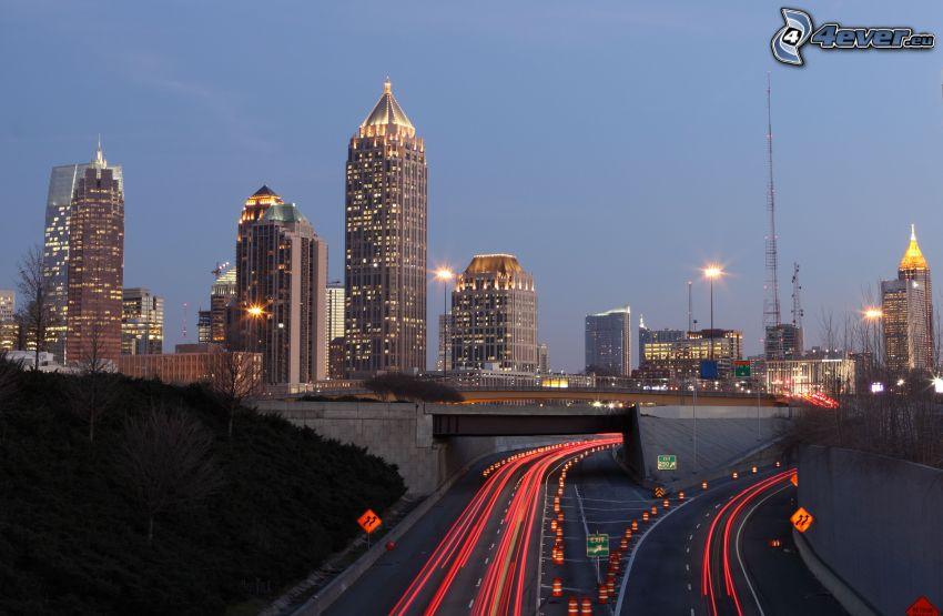 Atlanta, skyskrapor, motorväg på kvällen