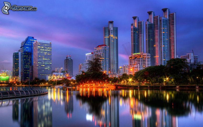 Bangkok, kvällsstad, skyskrapor, spegling
