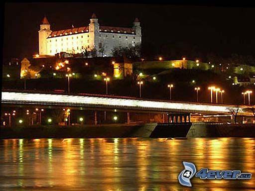 Bratislava på natten, Bratislavas slott, Donau, Nový Most, nattstad