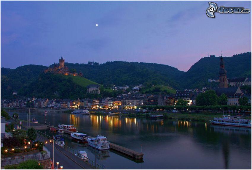 Cochem an der Mosel, Tyskland, flod, hamn, fartyg, slott, kyrka, hus, kväll