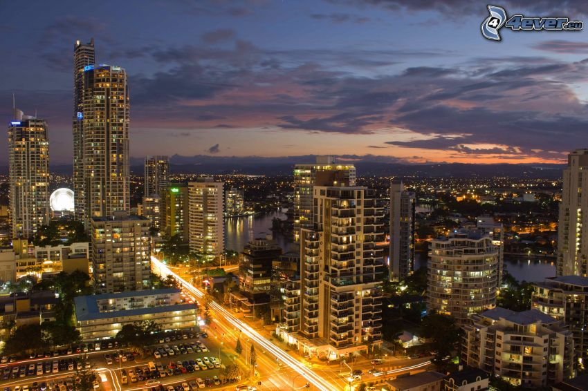 Gold Coast, kvällsstad, skyskrapor, väg