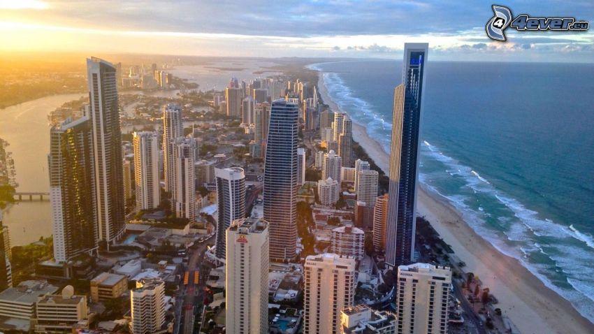 Gold Coast, skyskrapor, sandstrand, efter solnedgången, öppet hav