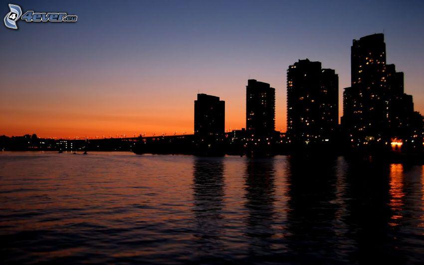 kvällsstad, silhuetter av skyskrapor