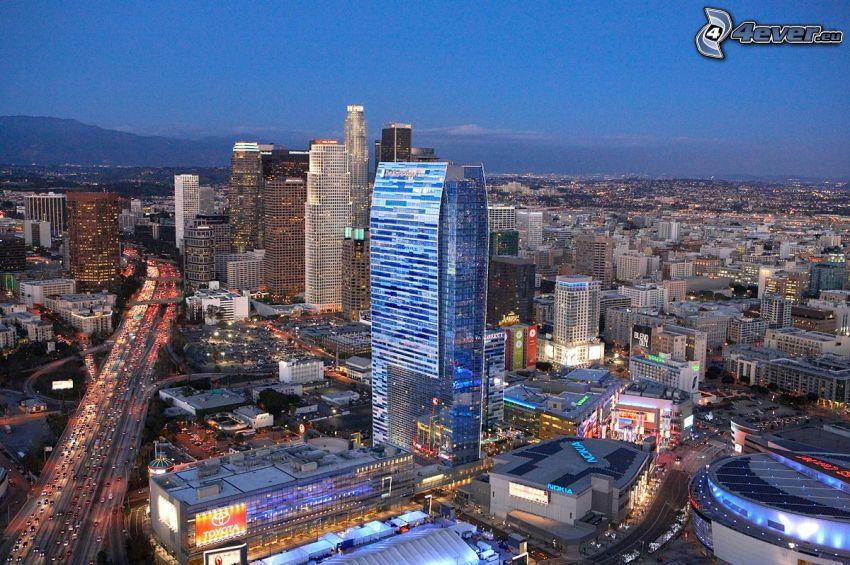Los Angeles centrum, skyskrapor, motorväg på kvällen