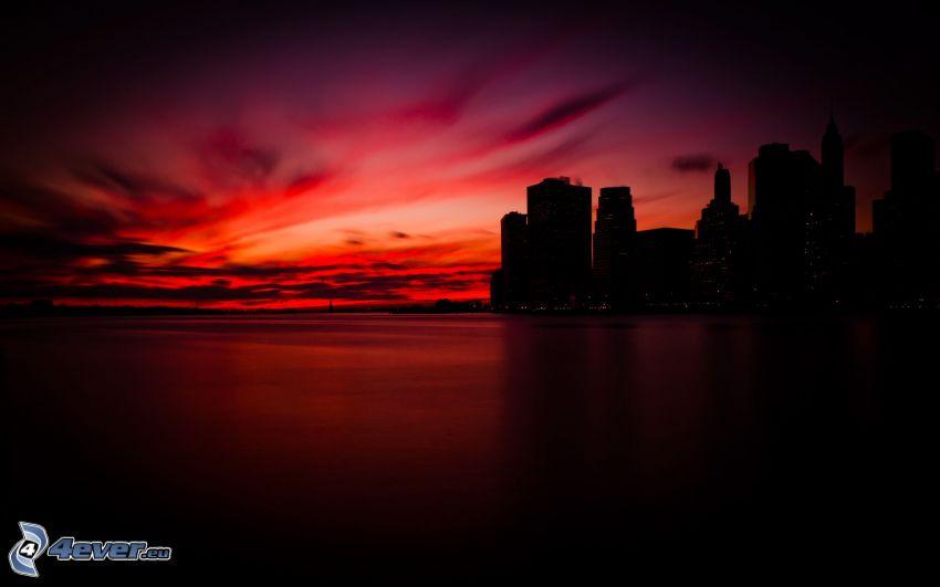 Manhattan, kvällsjus, röd solnedgång, silhuett av stad