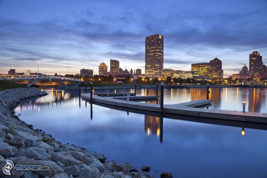 Milwaukee, skyskrapor, kvällsstad, hamn, brygga