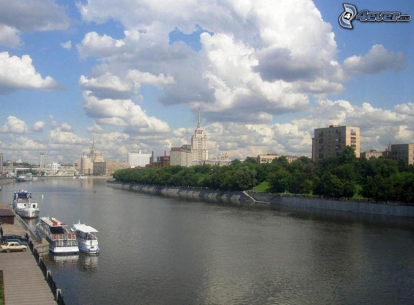 Moskva, flod, fartyg, byggnader, moln