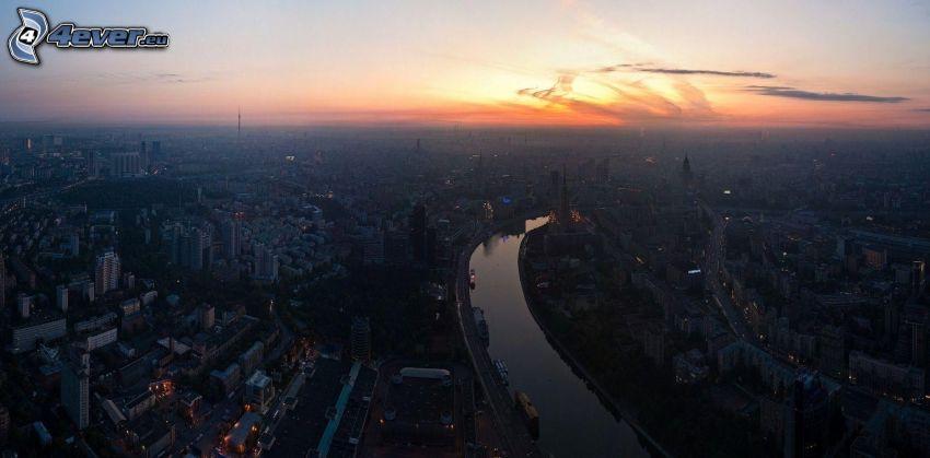 Moskva, kvällsstad, stadsutsikt, efter solnedgången