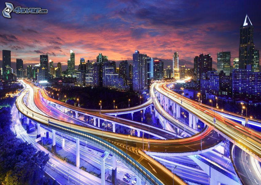 motorväg på kvällen, motorvägskorsning, kvällsstad, skyskrapor