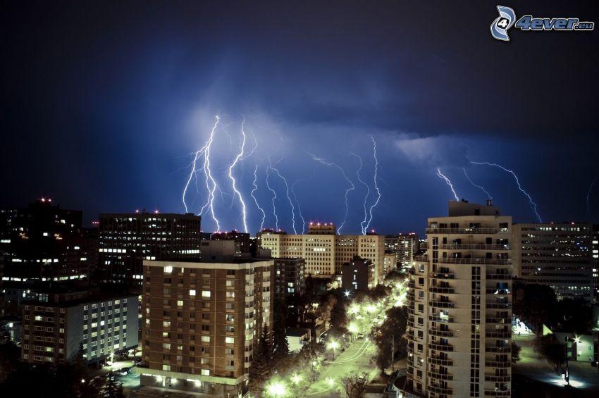 nattstad, blixt, storm