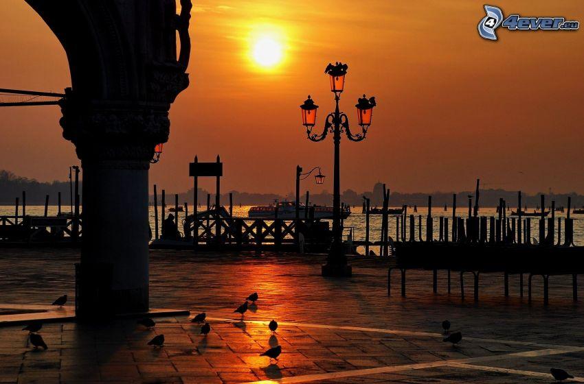 orange solnedgång, gatlykta