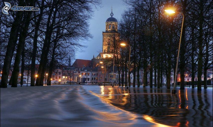översvämmad gata, gatlyktor, kyrka