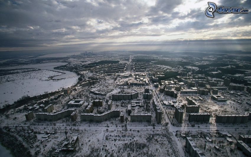 Pripyat, snö, mörka moln, solstrålar, flygfoto