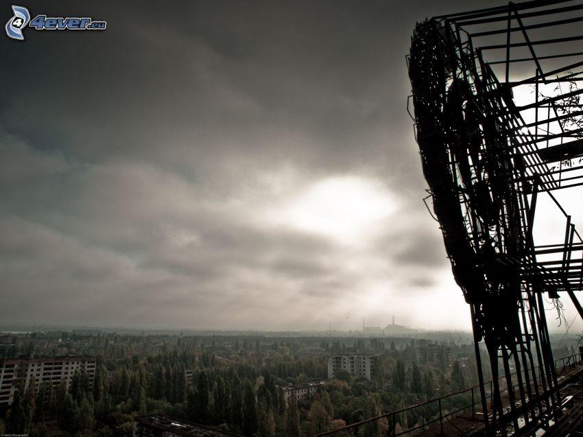 Pripyat, Tjernobyl, träd, mörka moln