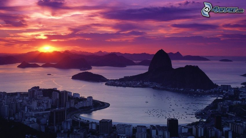 Rio De Janeiro, solnedgång bakom bergen, kvällshimmel, kuststad