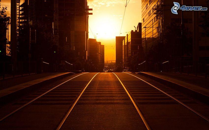 spårvagnsspår, gata, solnedgång i staden
