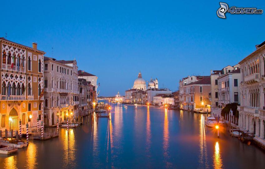 Venedig, kvällsstad, hus, gatlyktor