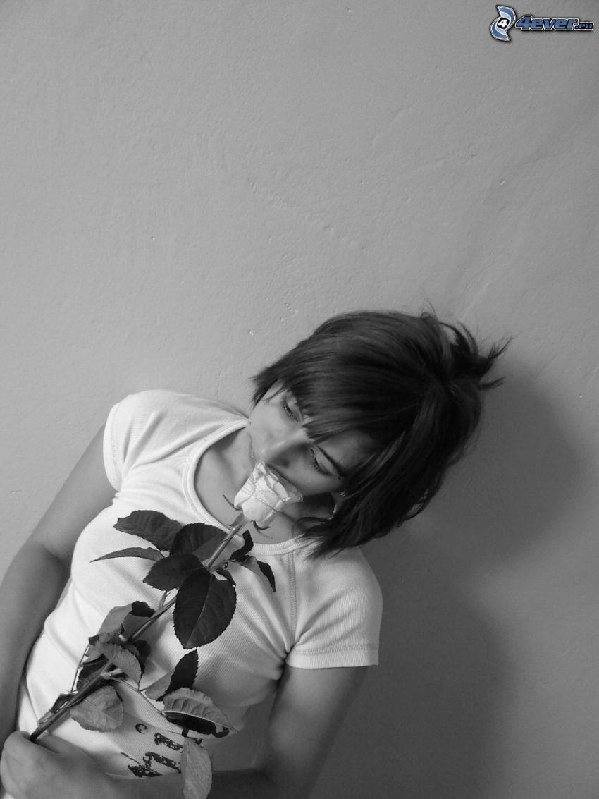 flicka med ros, svartvitt foto