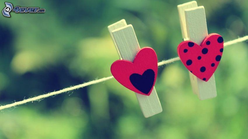 klädnypor på tråd, hjärtan, prickar