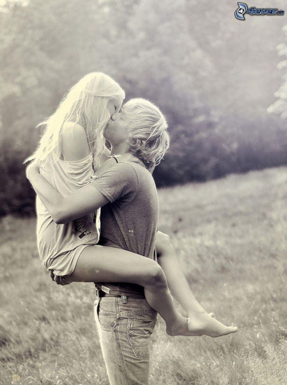 kyss, par på äng