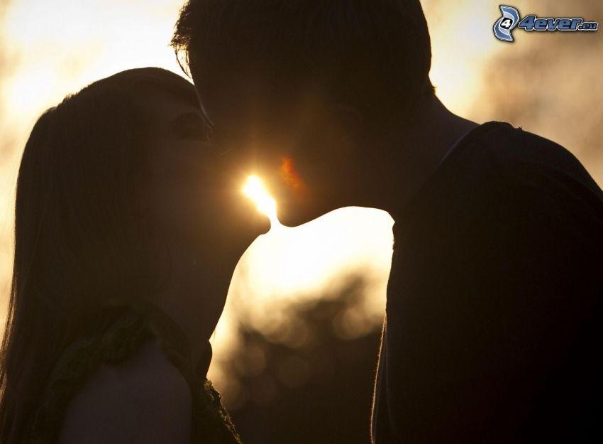 kyss vid solnedgång, par