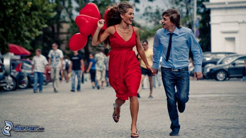 lyckligt par, skratt, springa, ballonger, gata