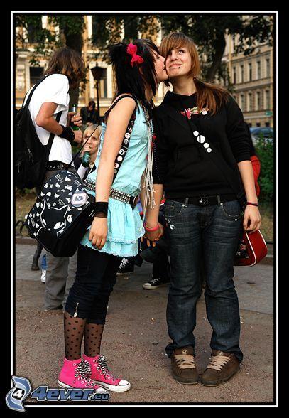 par, flickor, flyktig kyss