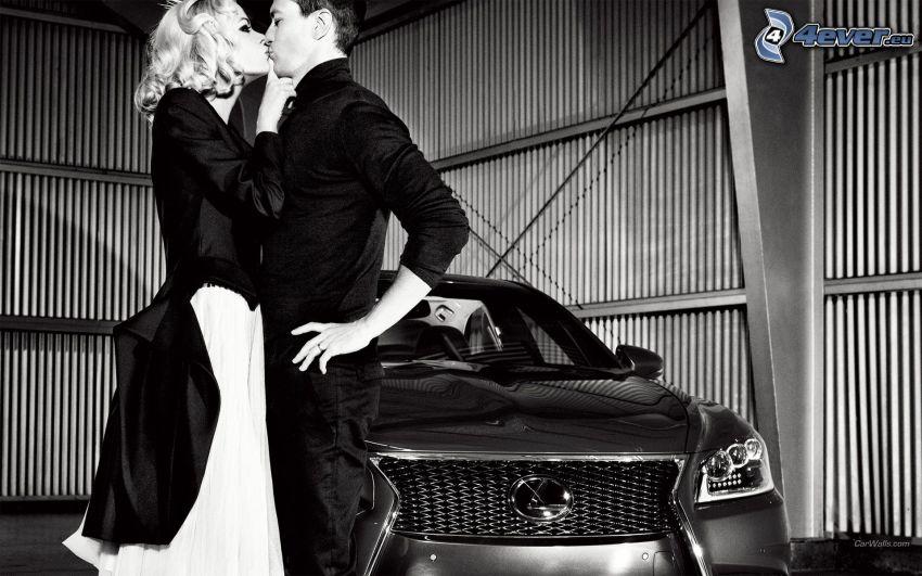 par, kyss, Lexus LS, svartvitt foto