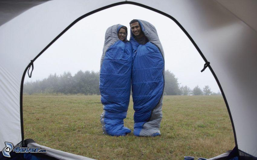 par, sovsäckar, tält, äng